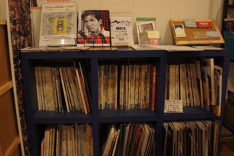 昔のキネマ旬報など、映画雑誌が棚に並ぶ。