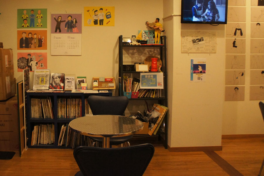 2階の待ち合いのような小さな空間。ここで監督のサイン会をしたり、隣にイベントスペースも。
