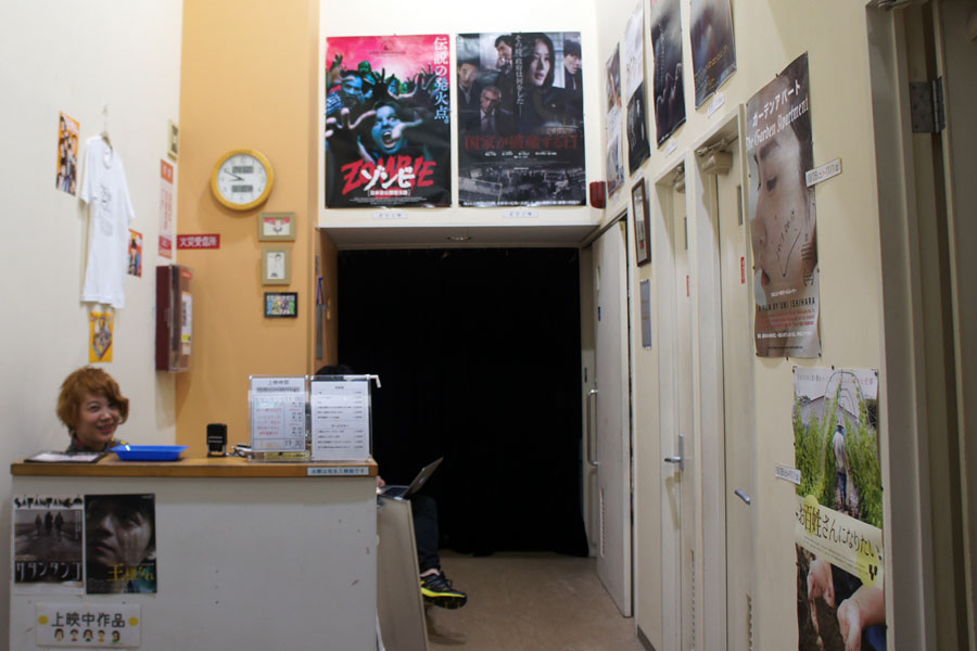 ガラス扉を開けたらすぐ受付と劇場への入り口が見える。